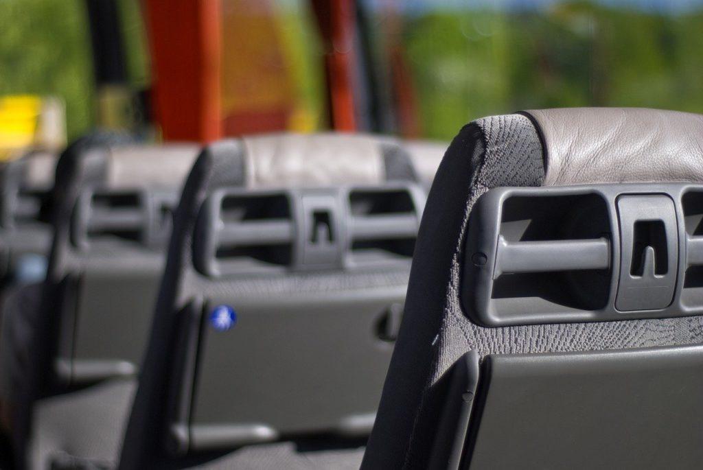 Kleinbus-mit-15-Fahrgasten-auf-Parkplatz